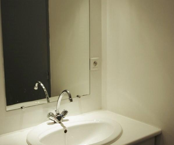 salle d'eau : le lavabo sur son meuble