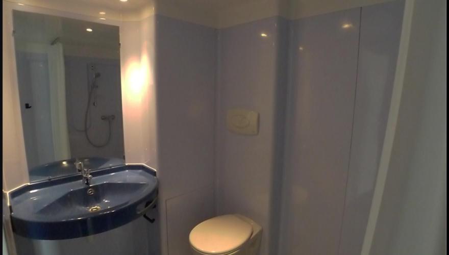 Salle d'eau dernière génération (WC suspendu, douche et lavabo)