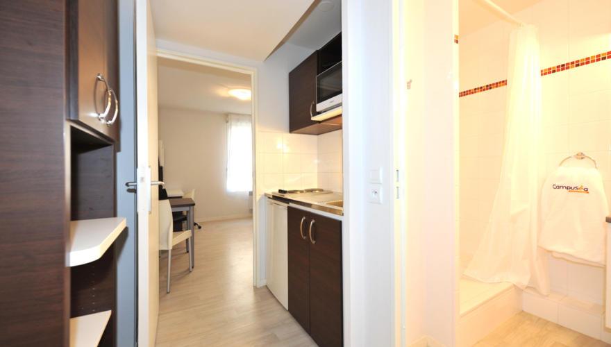 Appartement vue entrée et kitchenette